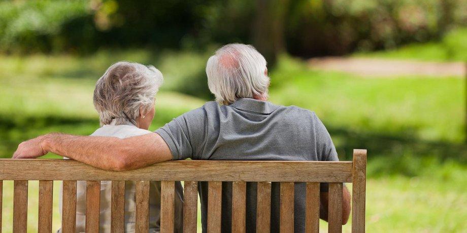 Älteres Paar auf Parkbank, Rückenansicht