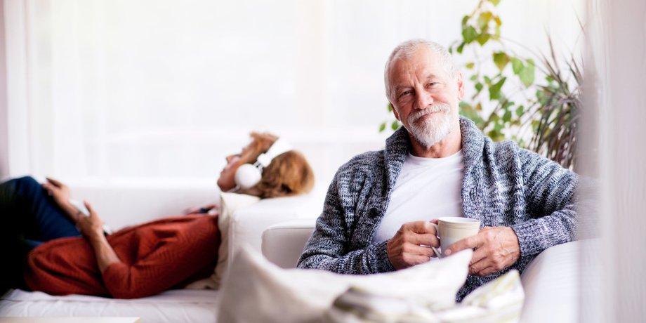 Älteres Ehepaar im Wohnzimmer
