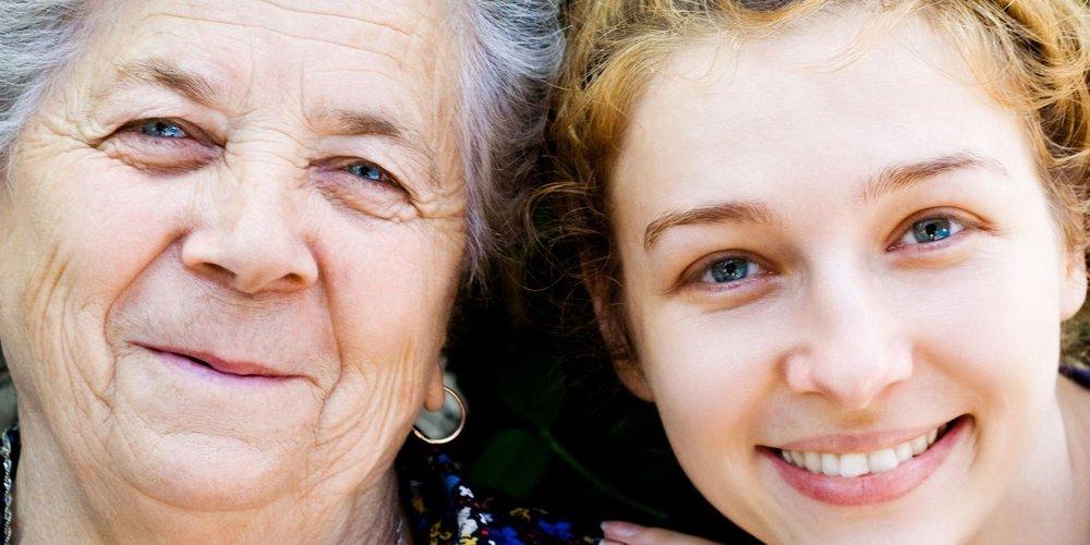 Nahaufnahme Gesichter alte und junge Frau