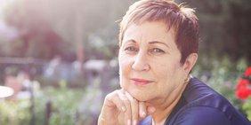 Portrait Seniorin in der Natur