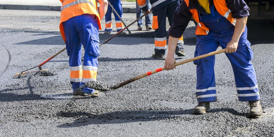Bauarbeiten teeren und asphaltieren eine Straße