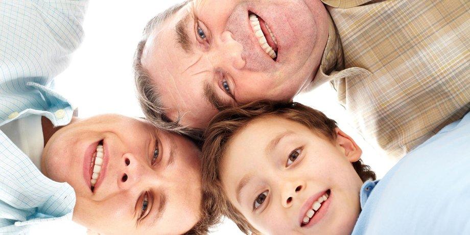 Lachende Gesichter von Junge, Vater, Großvater